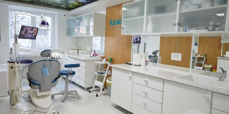 cat-rezista-un-implant-dentar